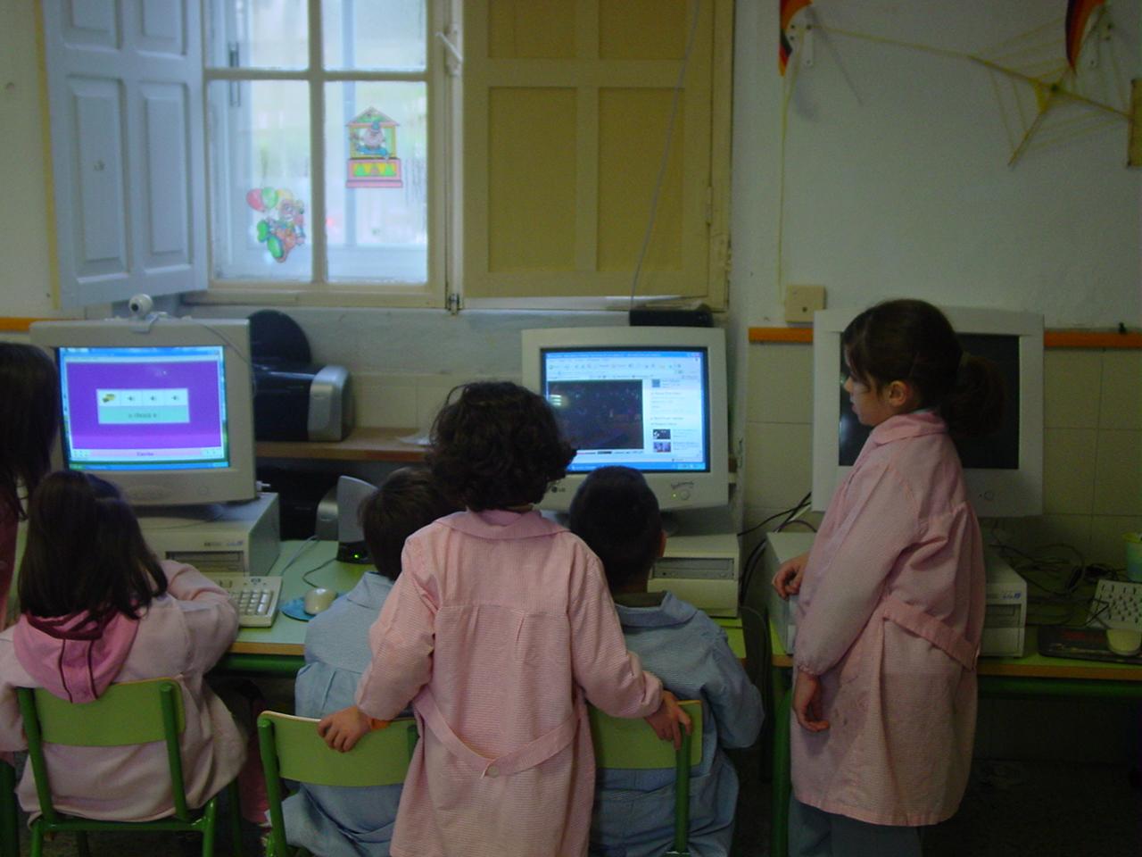 Fotografía dos nenos no obradoiro.