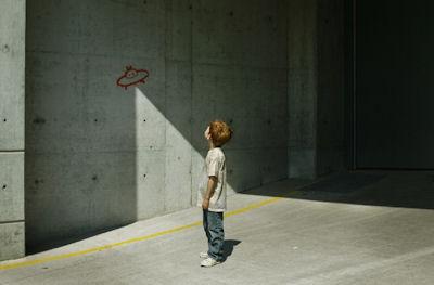 Un neno observa como o debuxo dunha nave espacial parece real grazas a un efecto de sol e sombra.
