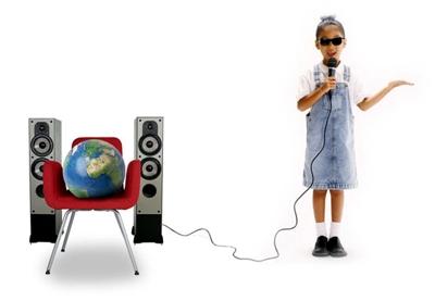 Nena cega falando ao mundo.