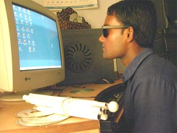 Imaxe dunha persoa cega diante dun ordenador
