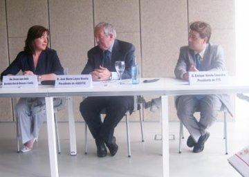 Foto da reunión, tres persoas sentadas á mesa.