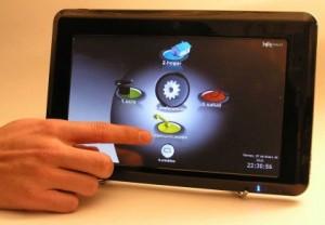 Imaxe dun dedo actuando sobre o iFreeTablet