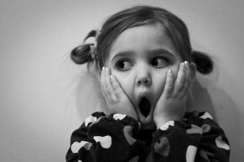 Texto alternativo: imaxe fotográfica dunha nena sorprendida para expresar sorpresa.