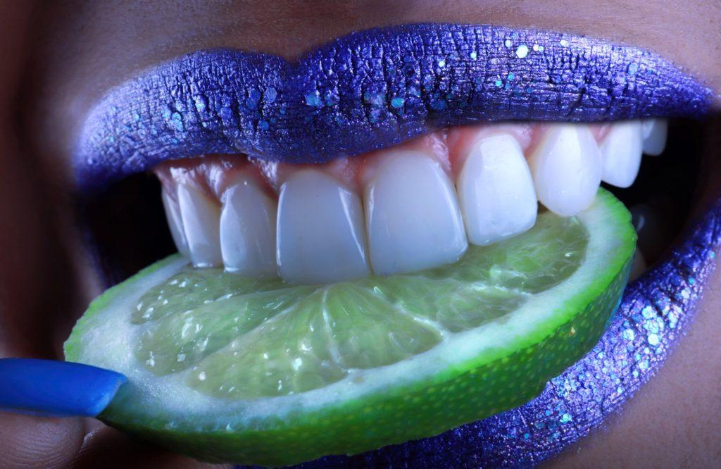 Imaxe alegre e colorista tomada de Pixabay.com na que, a modo de alegoría, unha boca se pecha sobre unha roda de lima.