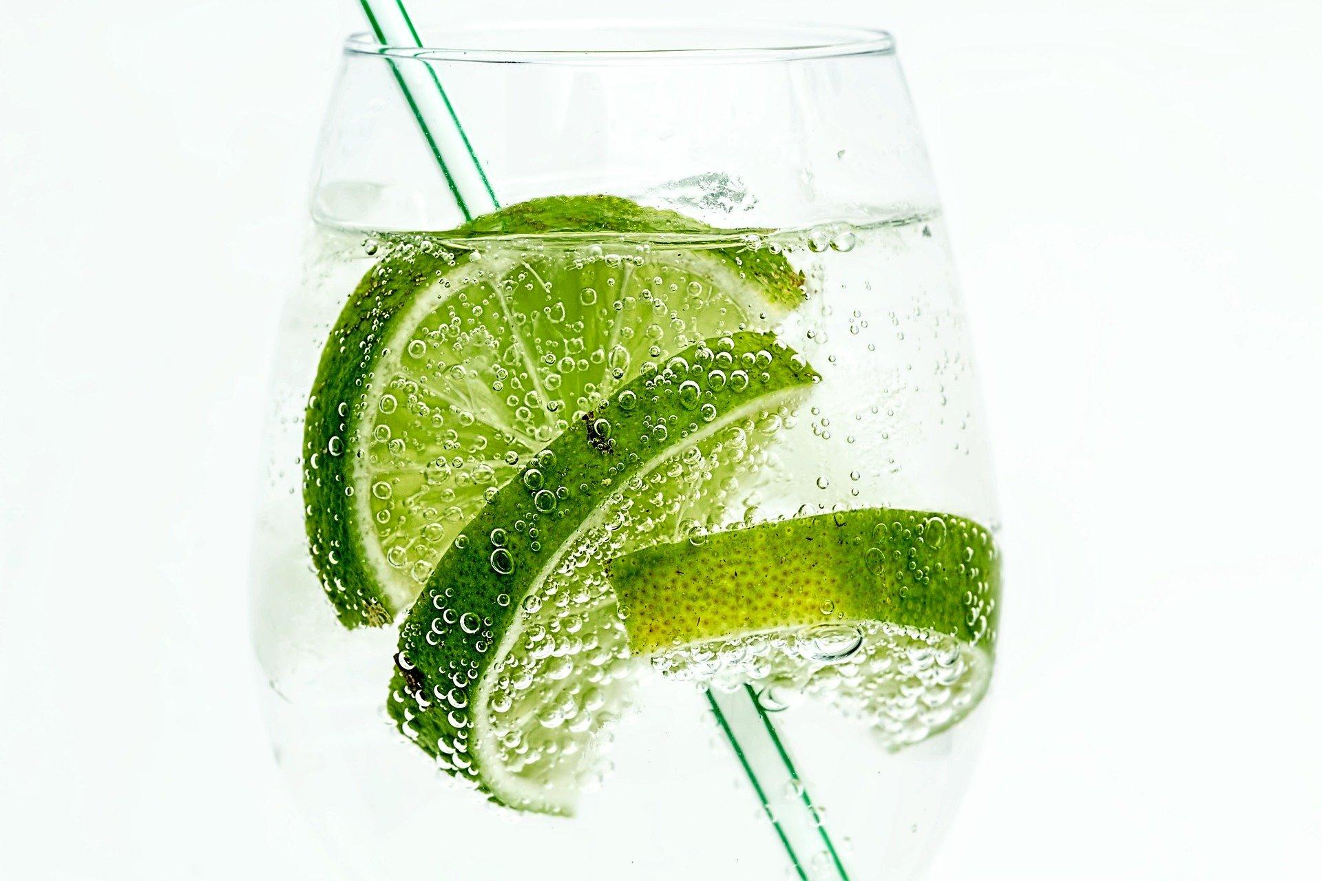 Imaxe alegórica sobre a sede e a frescura. Unha copa de auga carbonatada e rodas de lima en plena efervescencia. Imaxe cedida por Steve Buissinne dende Pixabay